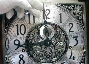 Установка времени на напольных механических часах